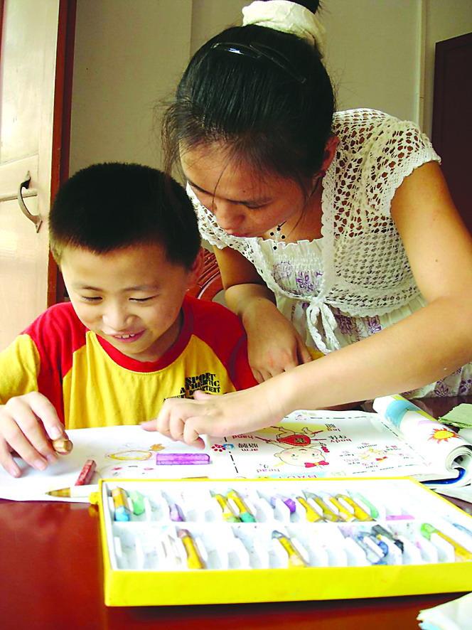 教残疾孩子学画画