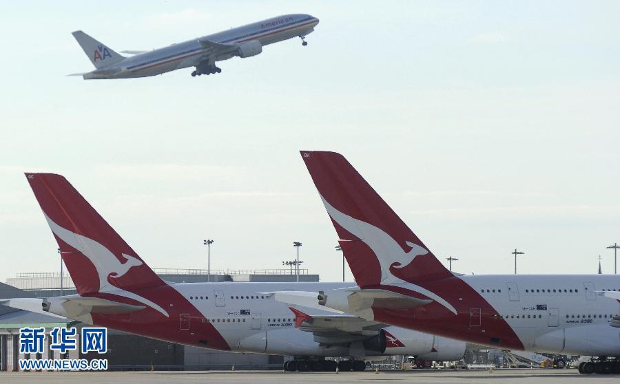 10月29日,在英国伦敦伦敦希思罗机场,澳洲航空公司的飞机停在停机坪上