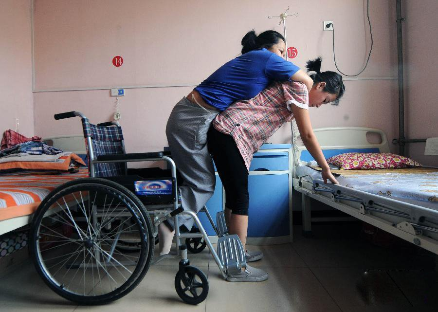 """人物 孟佩杰/""""临汾最美的女孩""""在山西临汾市第三人民医院康复科病房内,仅..."""