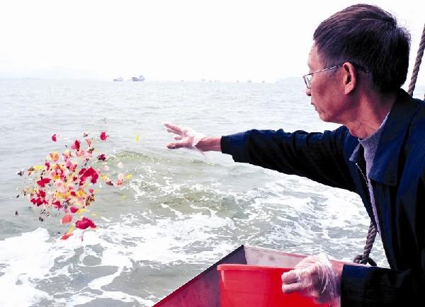 厦门举行清明集体海葬 数百市民海上送亲人(图)