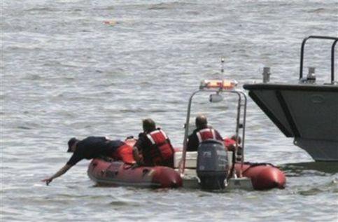 纽约2架飞机相撞坠河可能致9人遇难