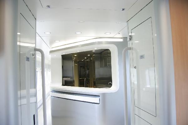 宽敞明亮的动车组餐车配餐窗口