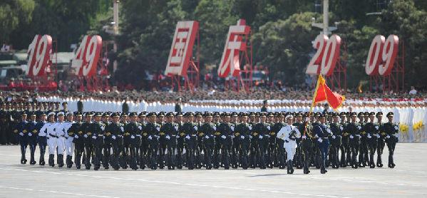 护卫着中国人民解放军军旗率先通过天安门广场.-国庆阅兵徒步方队
