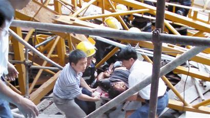 厦门一工地塔吊轰然倒塌 一死三伤