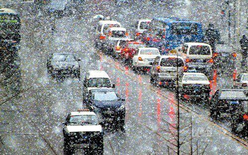 雨雪天的安全手抄报