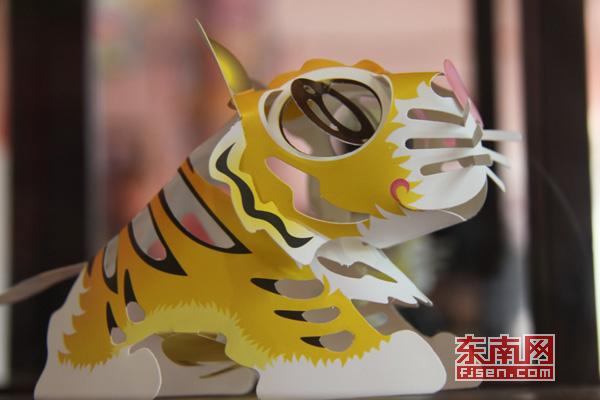 图为台湾剪纸艺术家创作的立体纸雕作品