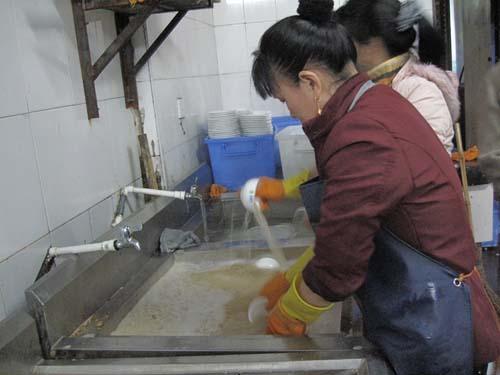 戴起/图为污渍斑驳的洗碗槽内,工人们用泛黄的水来完成净泡和洗涤这...