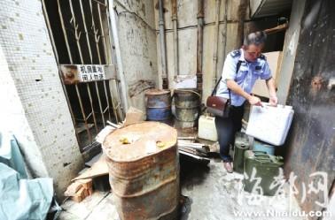 福州善化新村居民楼下藏油桶