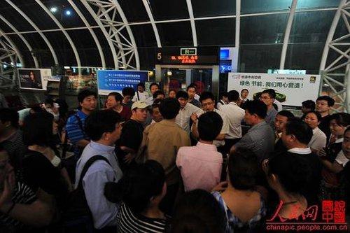 """宁波航班延误 乘客指责机场""""让领导先飞"""""""