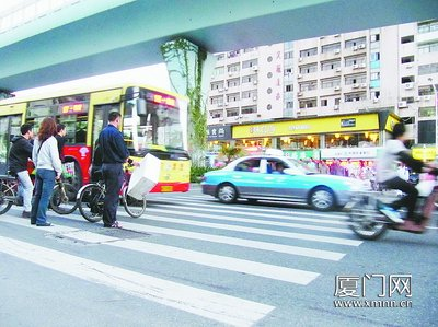 襄城卧龙路口红绿灯图解