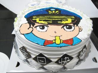 朋友送他生日蛋糕,他带到办公室请同事一起吃,打开蛋糕盒,一名q版的