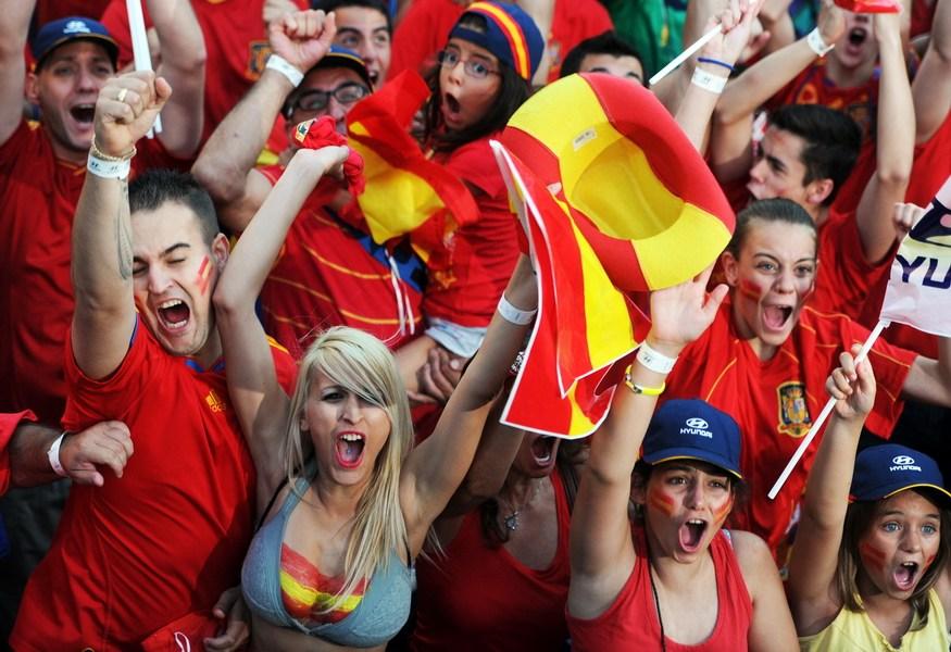2012年欧洲杯决赛花絮:西班牙女球迷半裸庆祝
