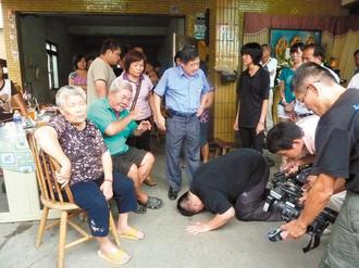 车祸肇事者下跪道歉; 酒驾撞死消防小队长陈庆财的黄鸿修,昨天到陈家图片
