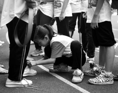打结,对折,穿过去,简单的系鞋带三步骤,大部分男生却都不会.