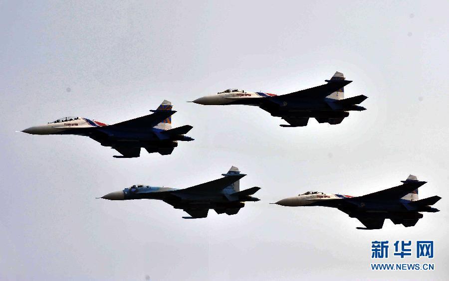 """当日,俄罗斯""""勇士""""特技飞行表演队驾5架苏-27战斗机在广东珠海航展前"""