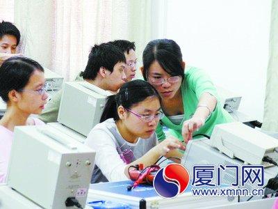 电子信息工程技术专业学生进行模拟电路实验