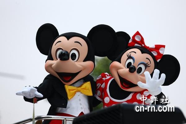 组图:米奇米妮踩街迎台湾灯会 欢乐high翻天