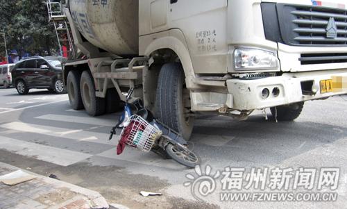 水泥搅拌车压扁电动车骑车女子受伤 在王庄路段