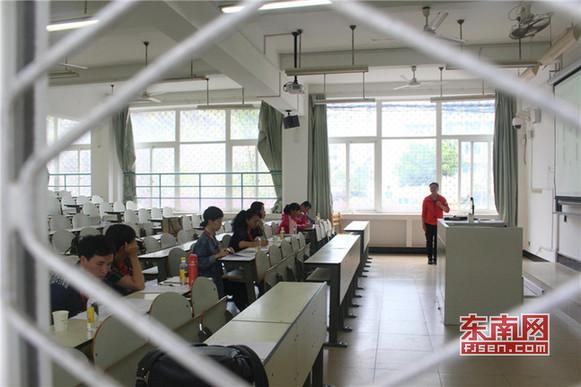 招聘考试评委由专业教授、博士、家长等7人组成.jpg