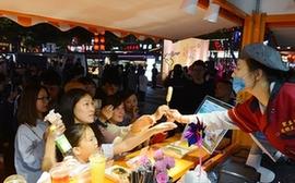"""福州首个街头美食访谈秀上演 超5万人次""""吃播""""达明美食街"""