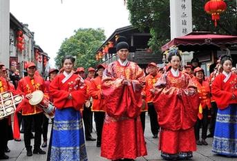 """传统汉式""""婚礼""""在三坊七巷热闹举行"""