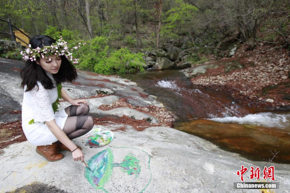 世界地球日女大学生原始森林手绘地球 呼吁保护生态空间