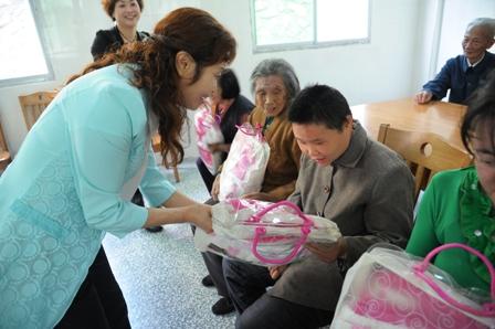 联开展 献爱心关爱孤寡老人 母亲节慰问活动图片