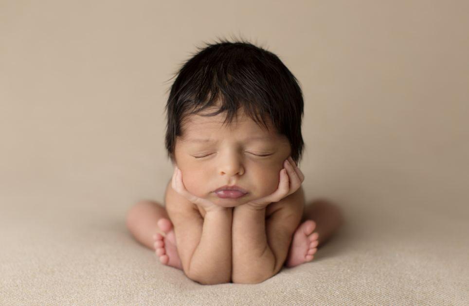 摄影师抓拍婴儿萌萌熟睡照